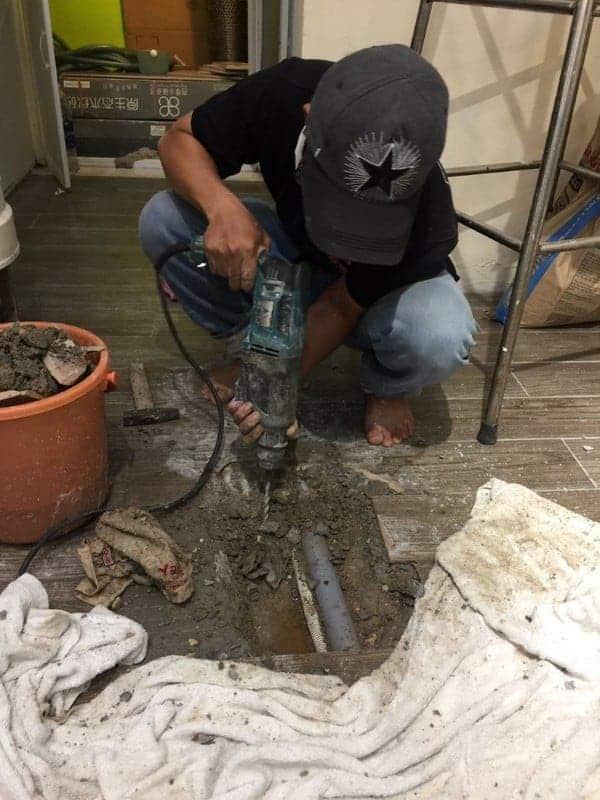 thợ sửa chữa ống nước bị rò rỉ